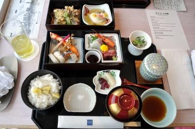 Tempura,_sashimi,_pickles,_ris_og_misosuppe_(6289116752)